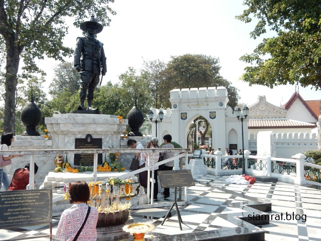 a statue of king Taksin