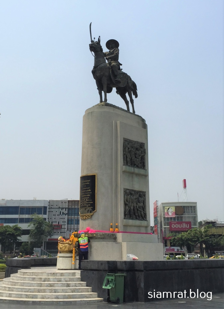 statue of mounted king